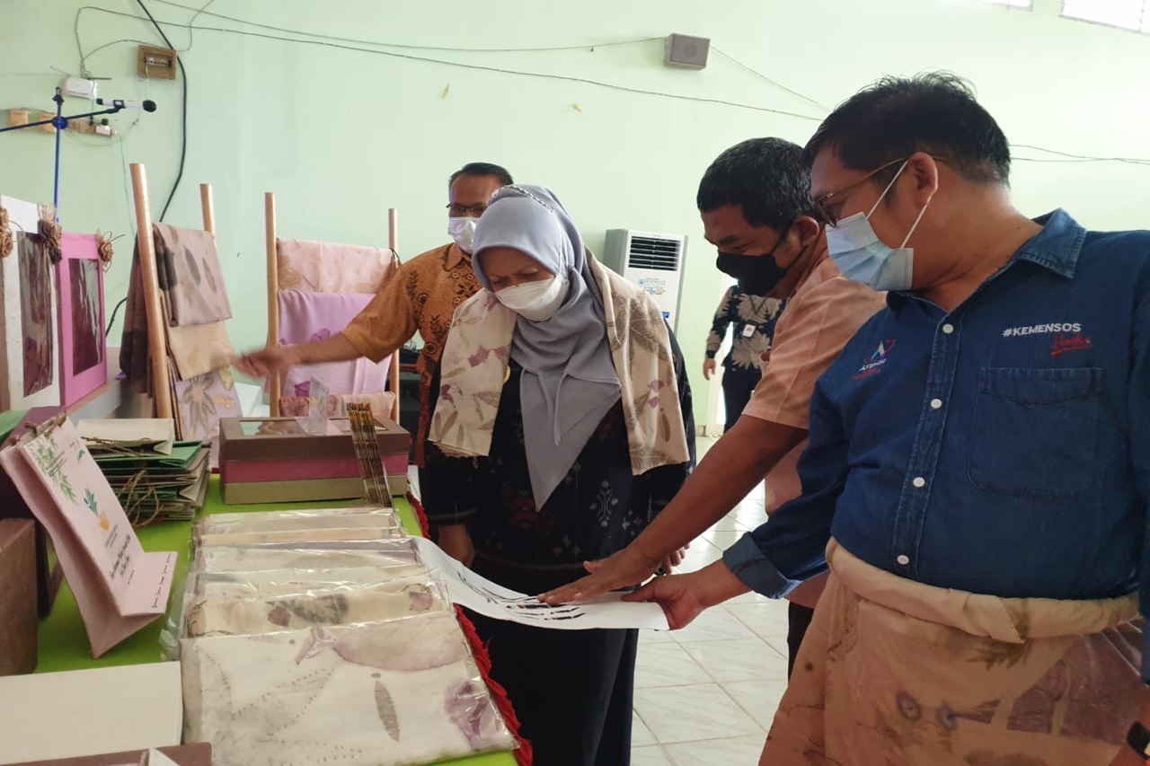 Deputy Mayor of Palu Appreciates the Nipotowe Center by Buying All Works of Disabilities