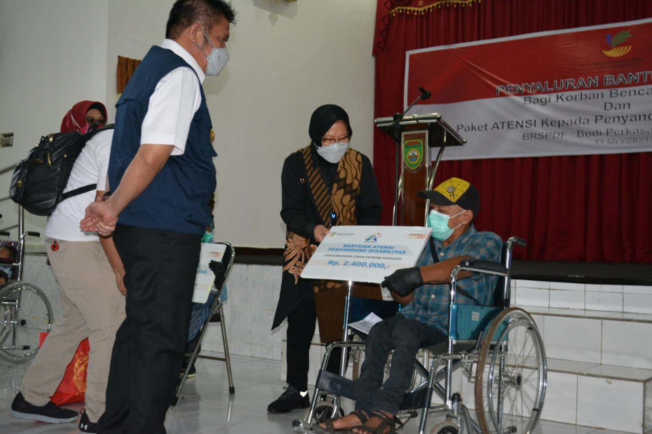 Social Minister Risma Gives Compensation to Family of KKB Victims and Aid of ATENSI for Persons with Disabilities