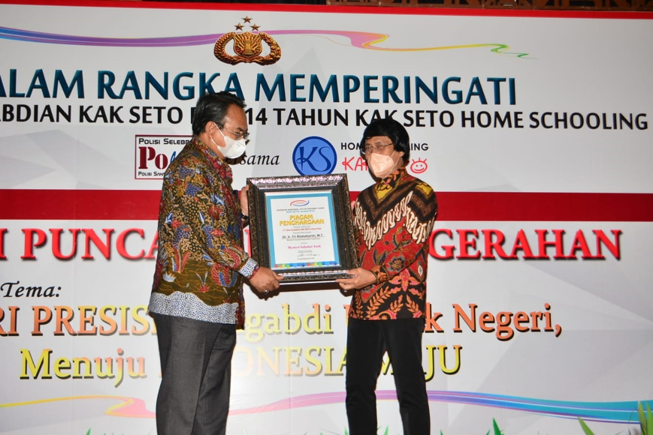 Mensos Dapat Penghargaan sebagai Menteri Sahabat Anak