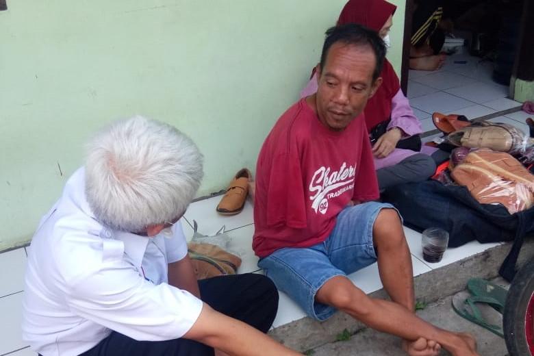"""Usai Viral di Tiktok, Balai """"Wyata Guna"""" Segera Berikan Modal Bagi Disabilitas Penjual Sepatu Keliling"""