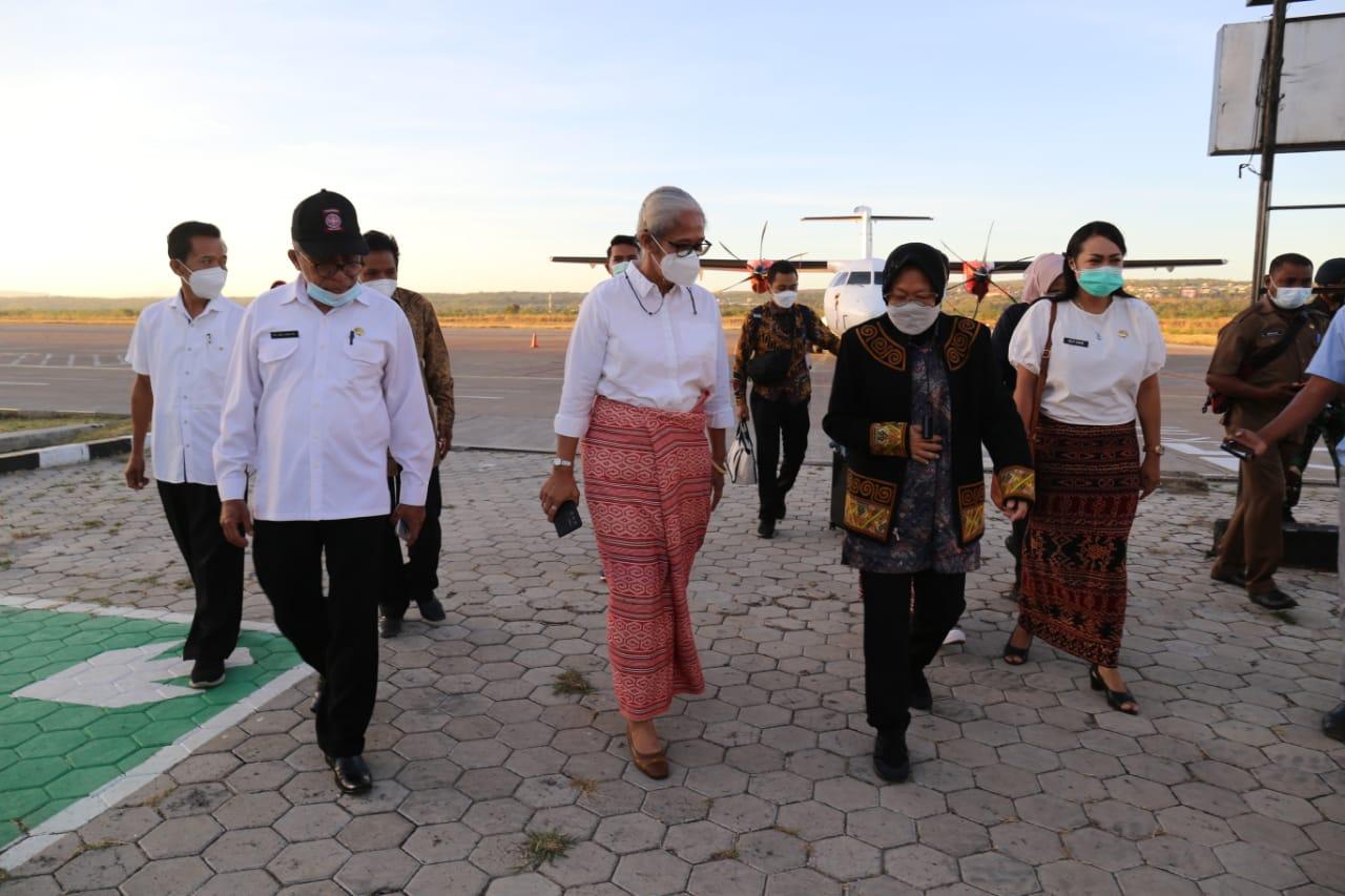 Mendarat di Kupang, Mensos Salurkan Donasi untuk Penyintas Siklon Seroja di NTT