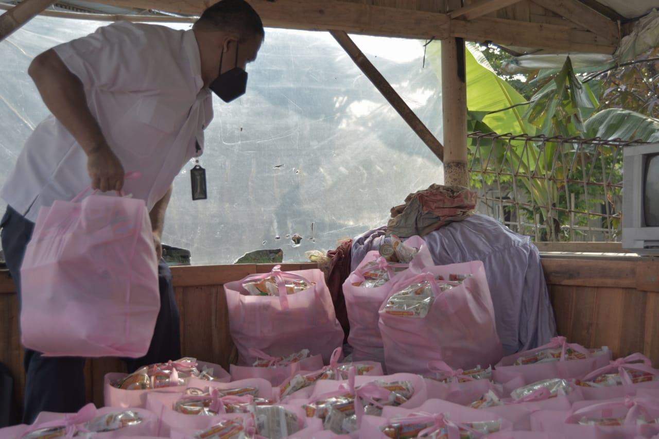 Kemensos Salurkan 100 Paket Sembako Untuk Korban Banjir di Tanah Baru