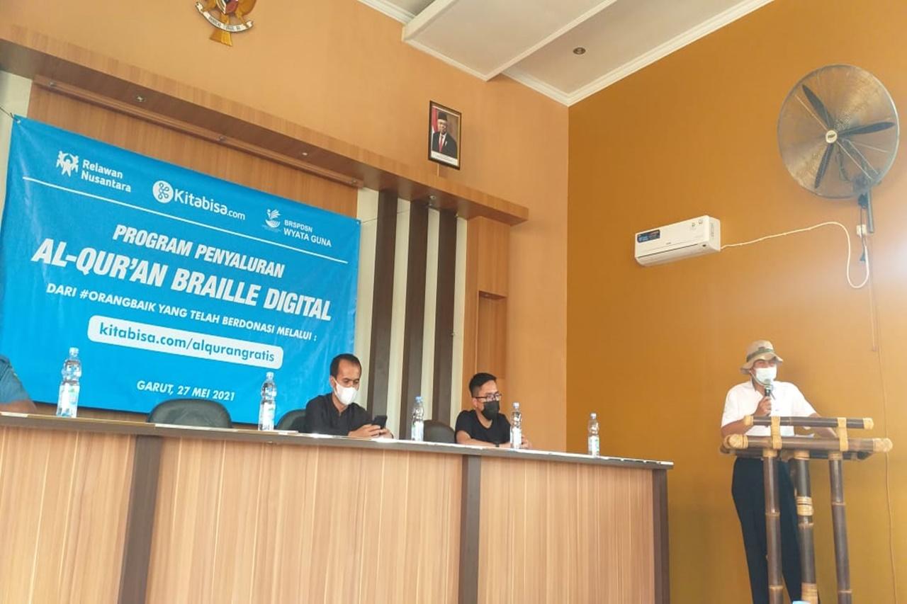 """Balai """"Wyata Guna"""" Gandeng Kitabisa.com dan Relawan Nusantara Salurkan Bantuan Al-Qur'an Braille Digital"""