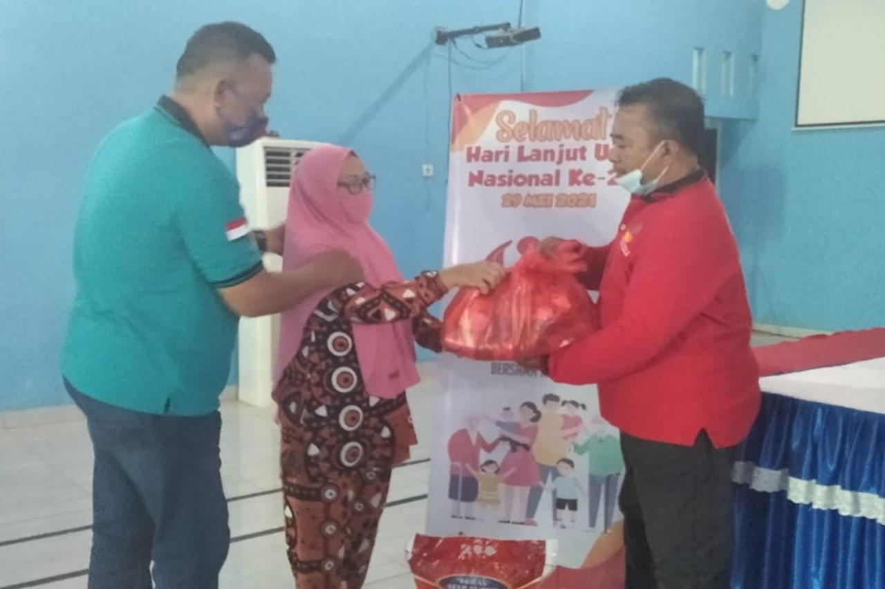 """Peringati HLUN 2021, Loka """"Meohai"""" Salurkan Bantuan ATENSI bagi Para Lansia"""