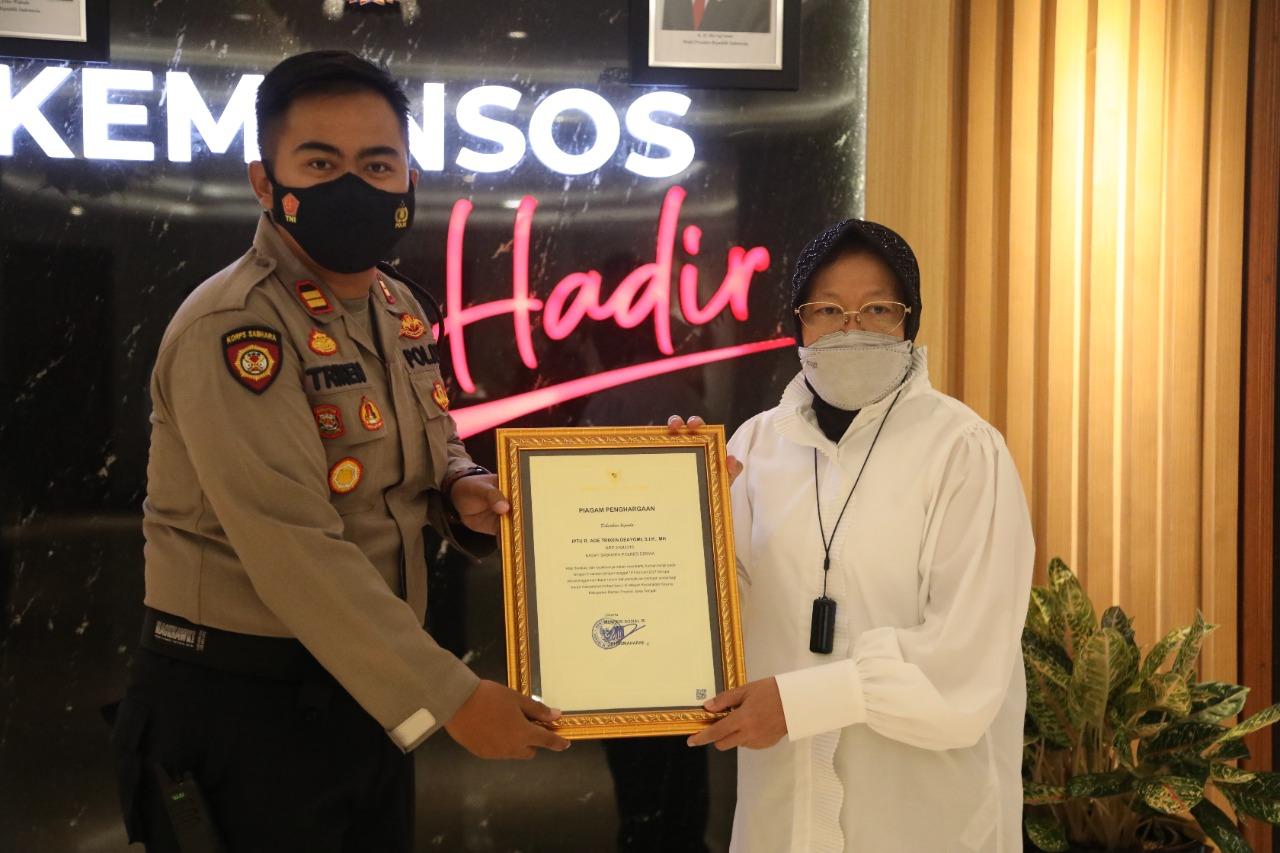 Bantu Penyaluran Bagi Korban Banjir Demak, Mensos Berikan Penghargaan Bagi Dua Personel Polisi