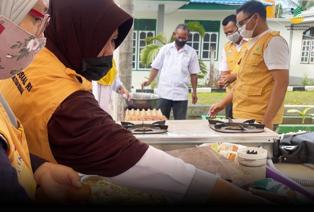 Balai Wasana Bahagia Ternate Dirikan Dapur Umum dan Distribusikan Makanan Siap Saji