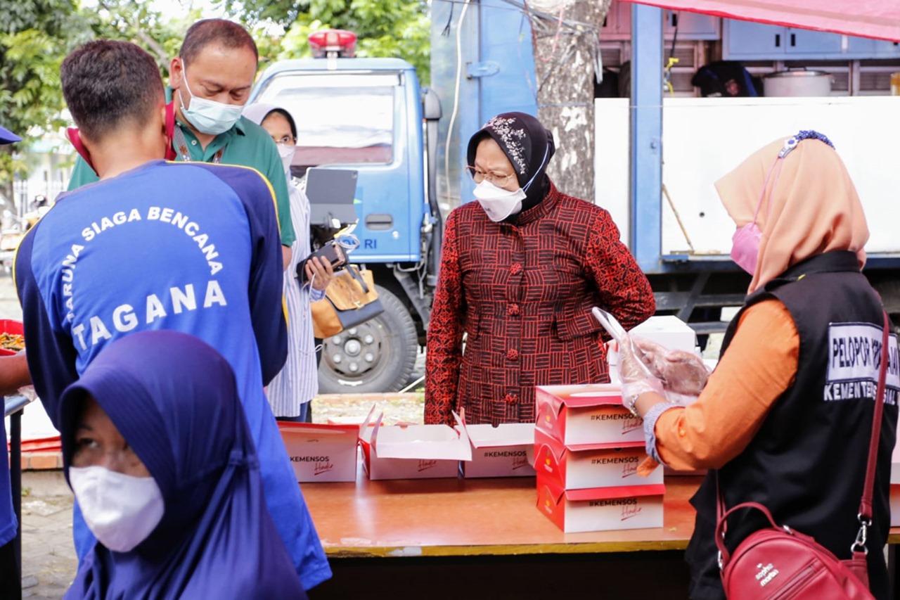Mensos Risma Tinjau Kesiapan Dapur Umum di Surabaya