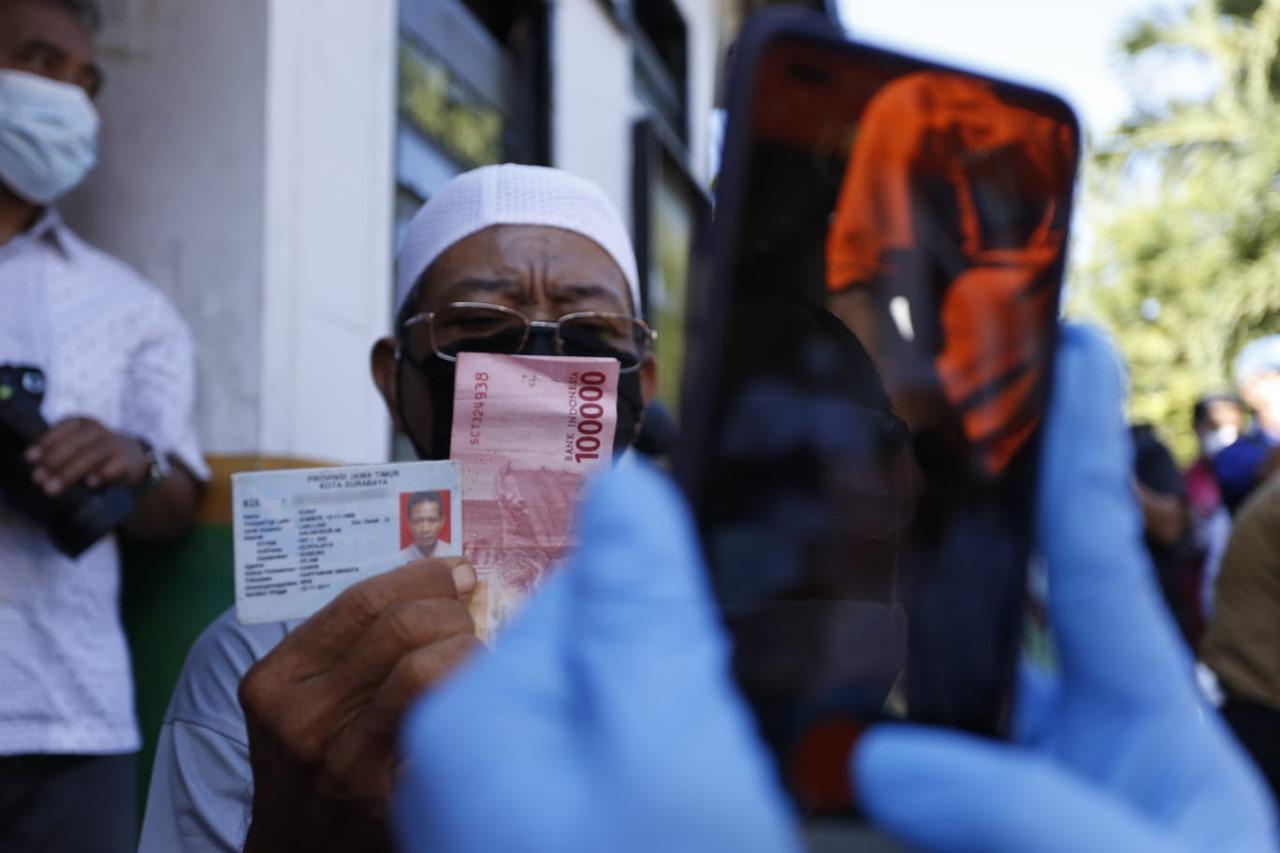 Mensos Risma Cek Penyaluran Bansos kepada PM di Surabaya
