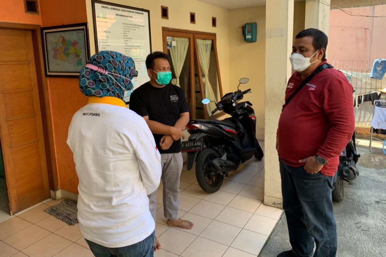 """BRSPDSN """"Wyata Guna"""" Bandung Distribusikan Makanan ke Rumah Warga Isoman"""