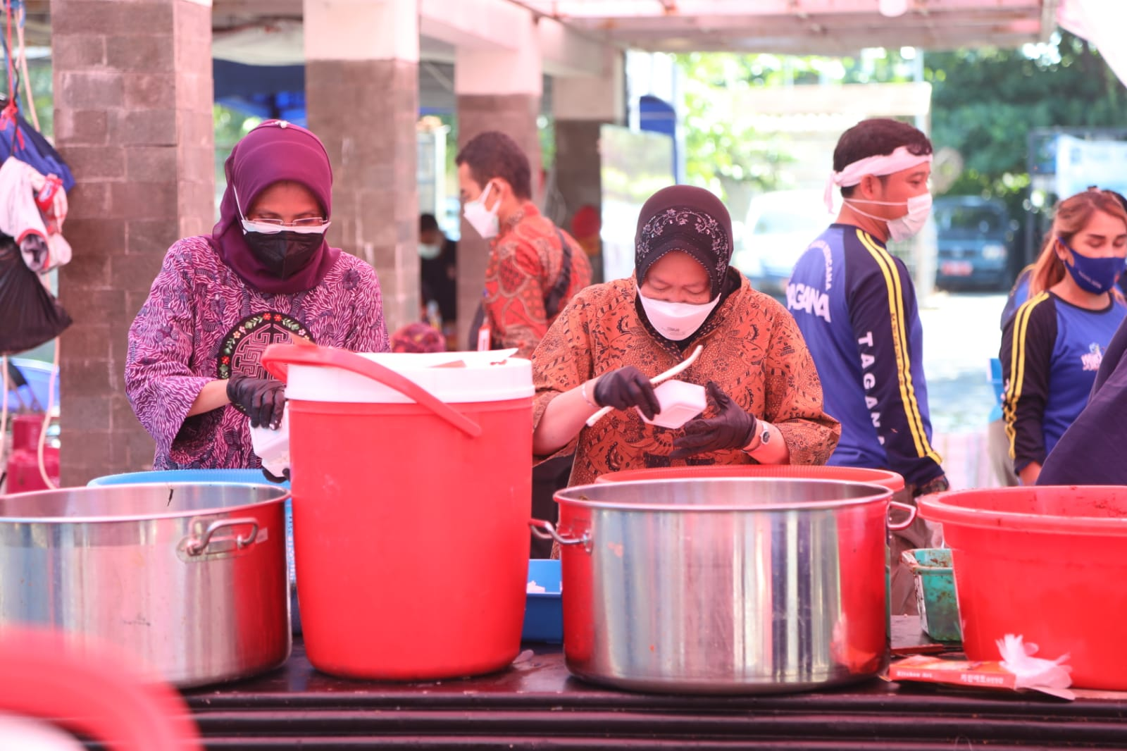 Mensos Risma Tengok Dapur Umum Tagana di Surabaya