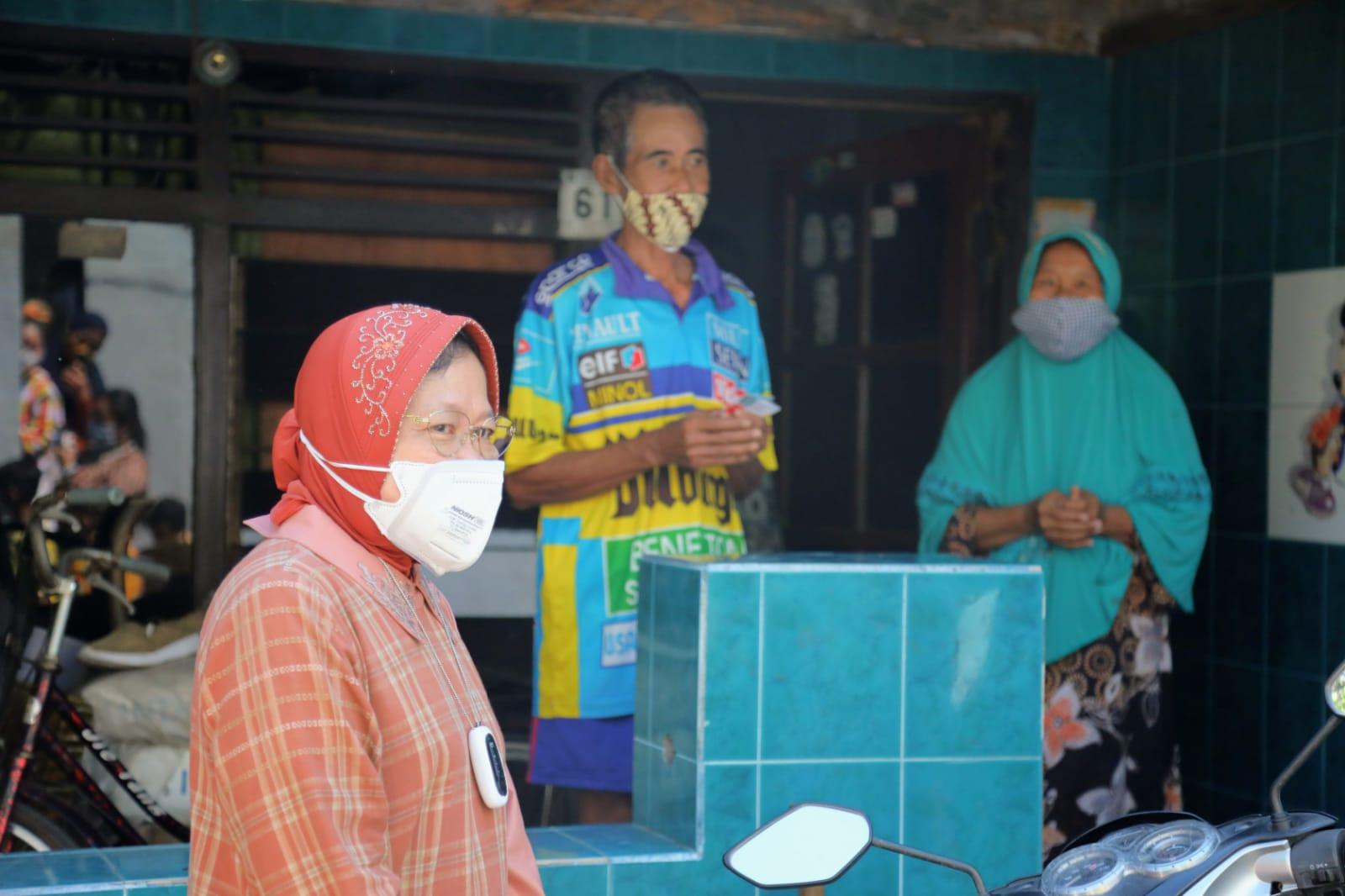 Mensos Risma 'Blusukan' di Sudut Kota Surabaya