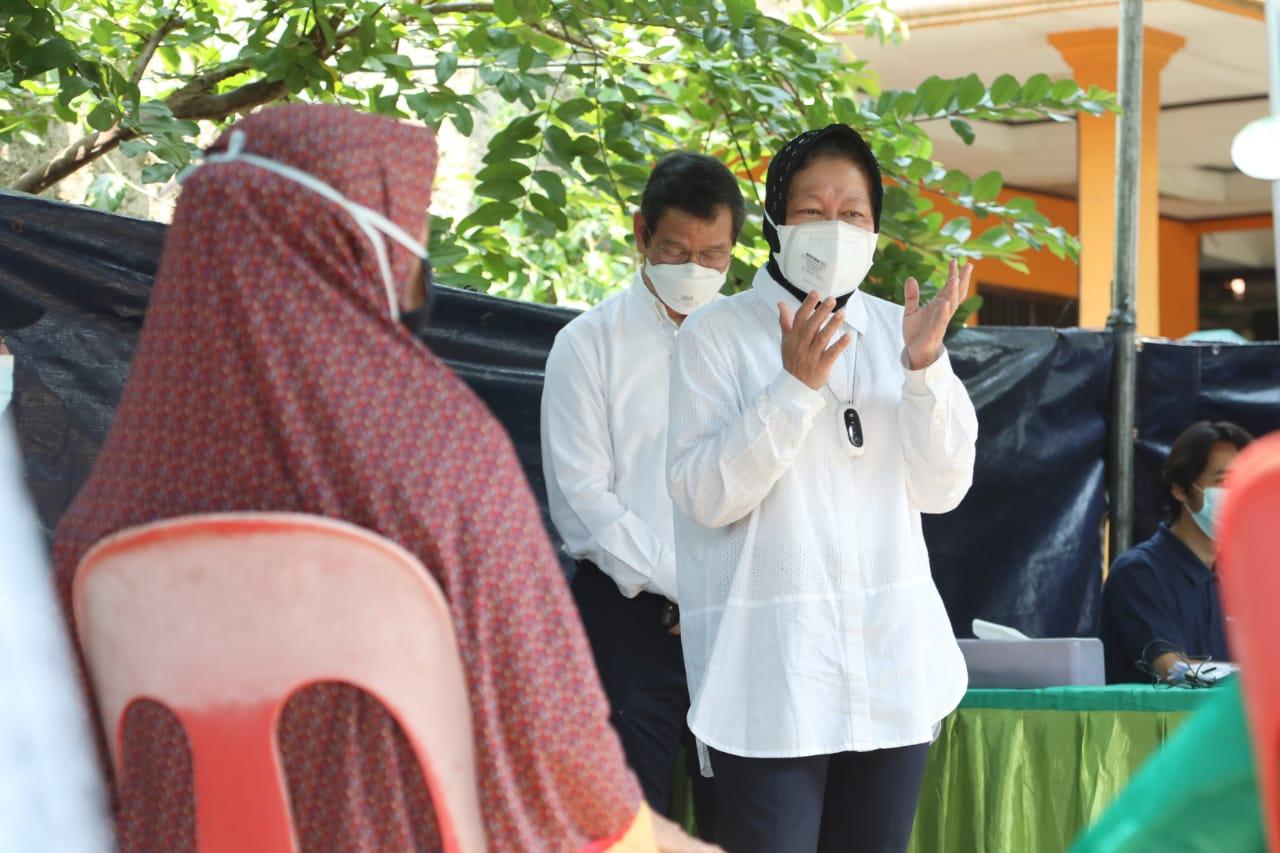Mensos Risma Tinjau Penyaluran Bansos di Tangerang