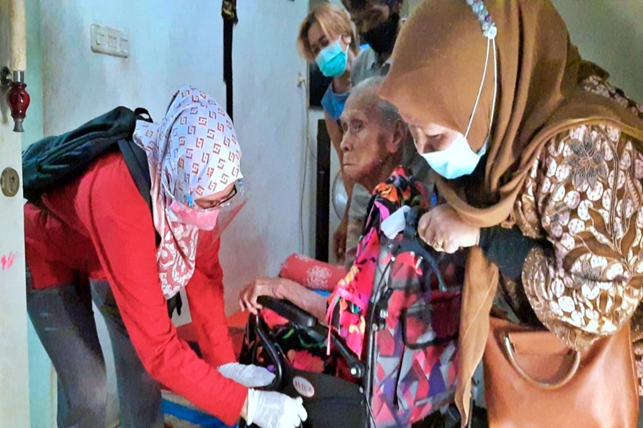 Ministry of Social Affairs Conducts Quick Response to Elderly in Ondel-ondel Village