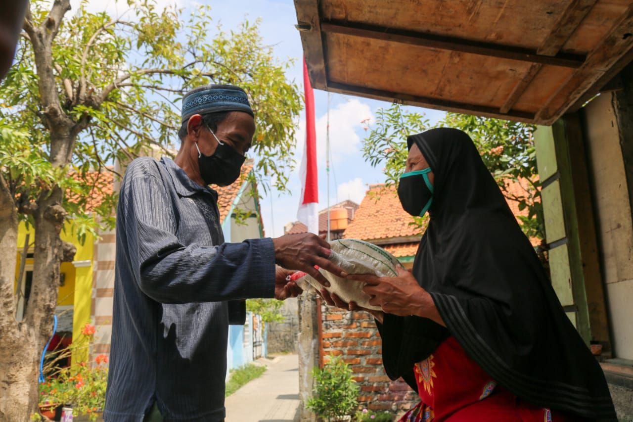 3,000 Families in Karawang Receive Rice Aid from the Ministry of Social Affairs