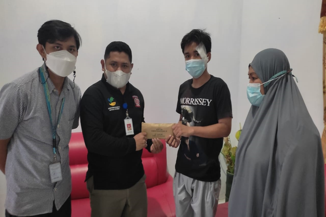 The Ministry of Social Affairs Provides Assistance for Victims of Hit-and-Run Cyclists in Makassar