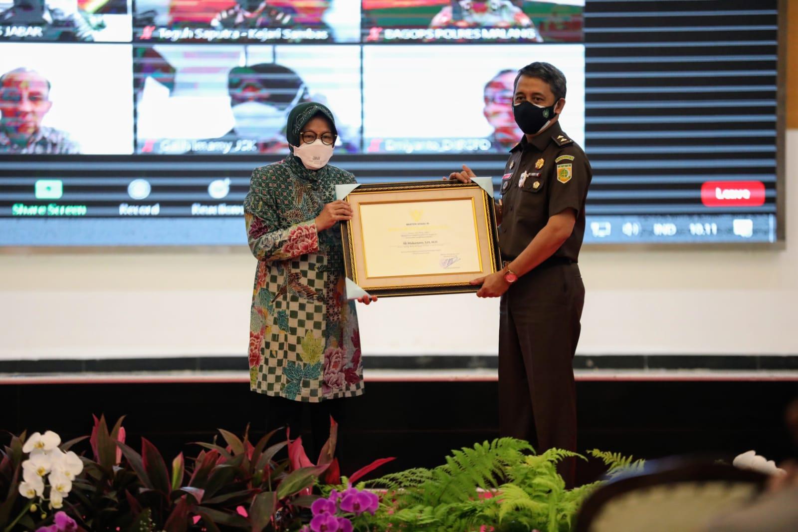 Mensos Risma Berikan Penghargaan Bagi 143 Aparat Penegak Hukum