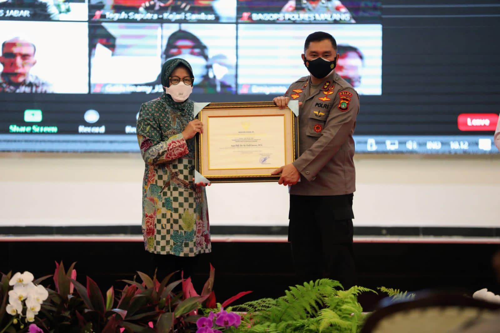 Berpartisipasi Aktif Kawal Bansos, Mensos Risma Berikan Penghargaan Bagi Aparat 143 Penegak Hukum