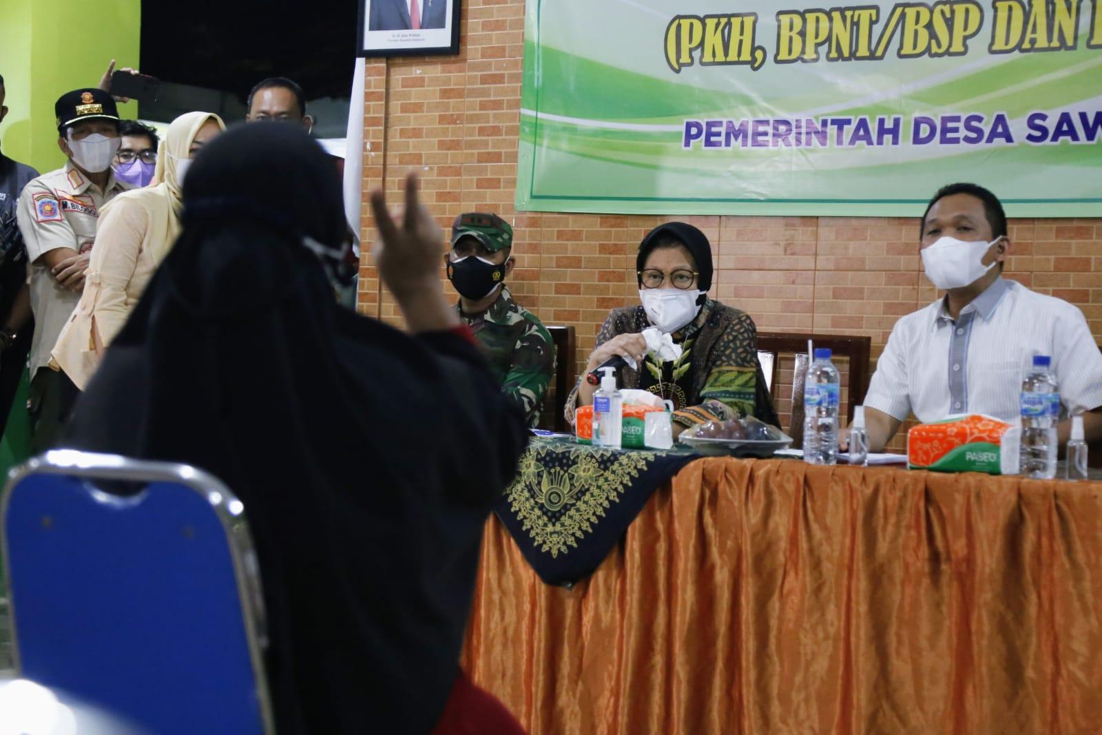 Mensos Risma Dengarkan Aspirasi KPM PKH di Posko Pengaduan Bansos di Lumajang