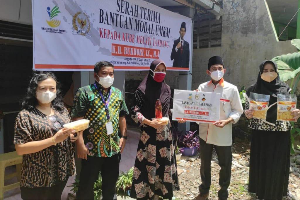 Kemensos Bersama Komisi VIII DPR RI Distribusikan Bantuan Masker dan Vitamin Bagi Masyarakat di Jawa Tengah