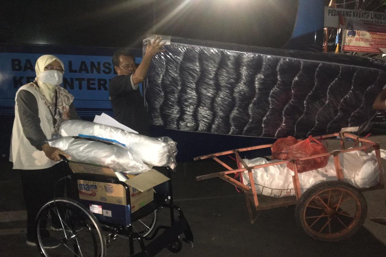 Kemensos Gulirkan  Bantuan ATENSI Berbasis Keluarga 16 Lansia di Kramat Pulo