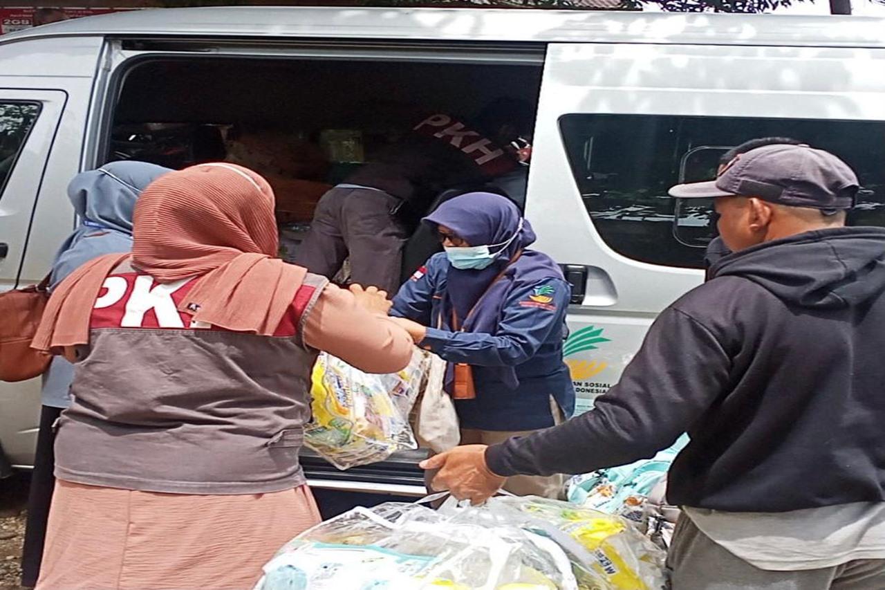 Respon Tanggap Pasca Banjir, Kemensos Salurkan Paket Bantuan di Kampar