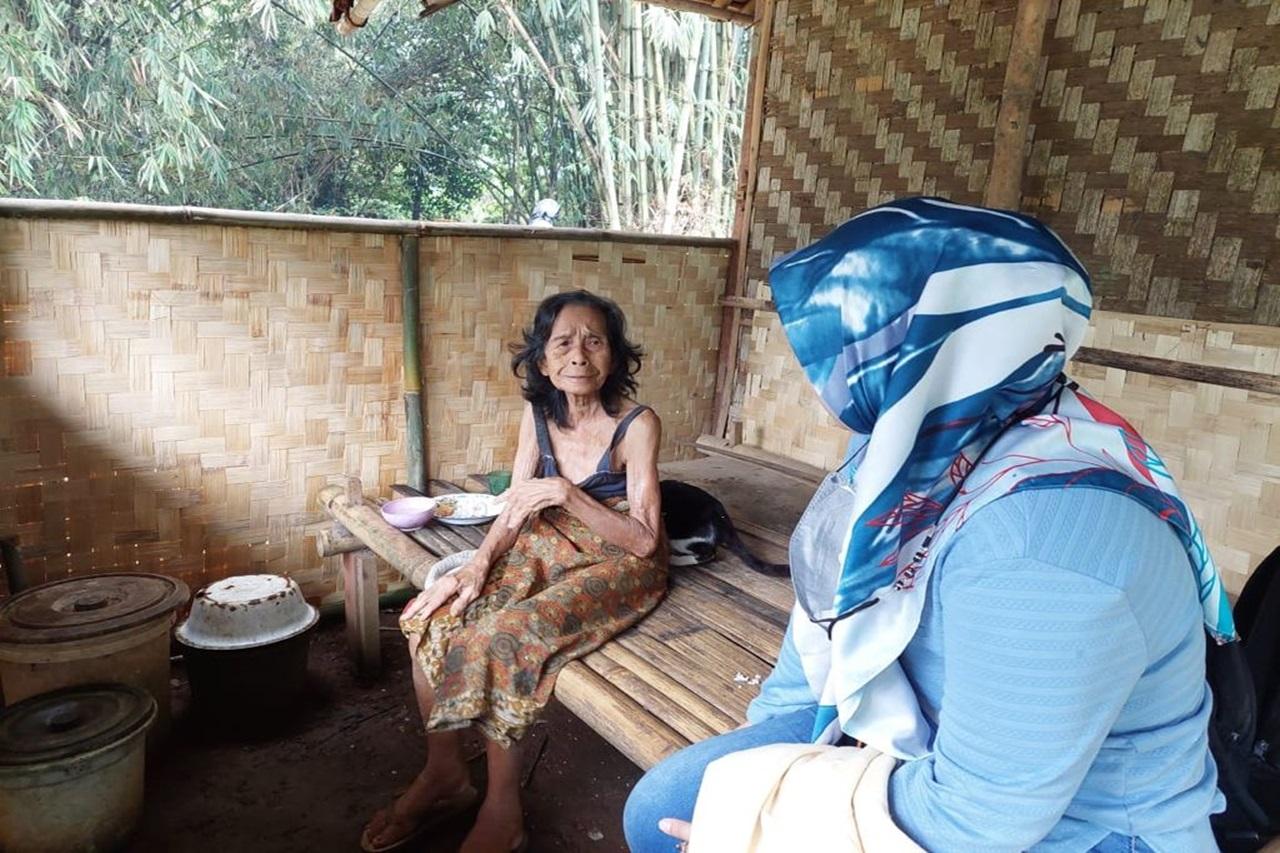 Hidup Sendiri di Rumah Tak Layak Huni, Nenek Mirha Dapatkan Bantuan dari Kemensos