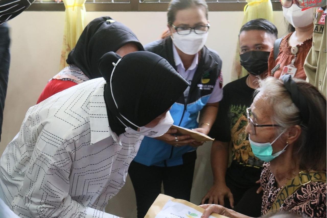 Kunjungan Kerja Mensos di Manado, Serahkan Bantuan ATENSI dan Motivasi Anak Terdampak Covid-19