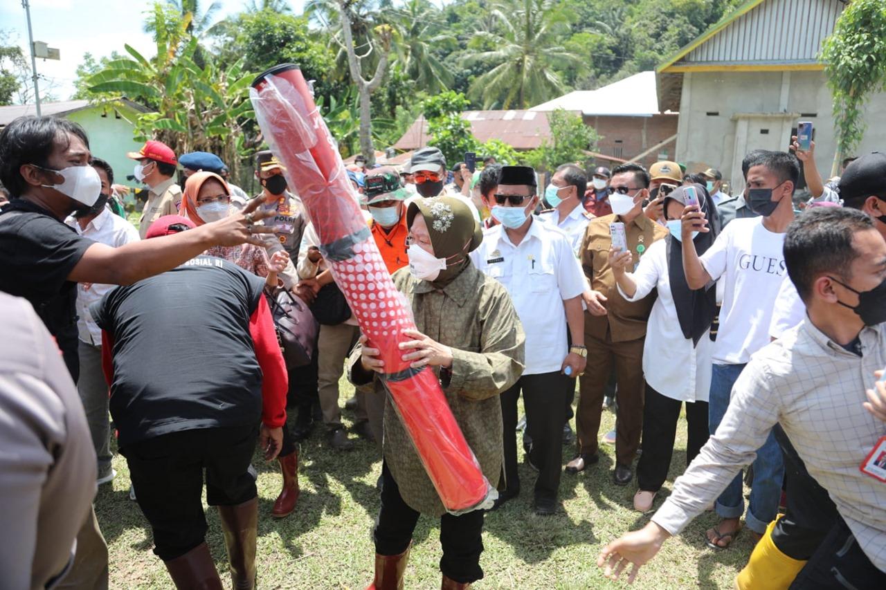 Kemensos Salurkan Bantuan bagi Warga Terdampak Longsor di Luwu