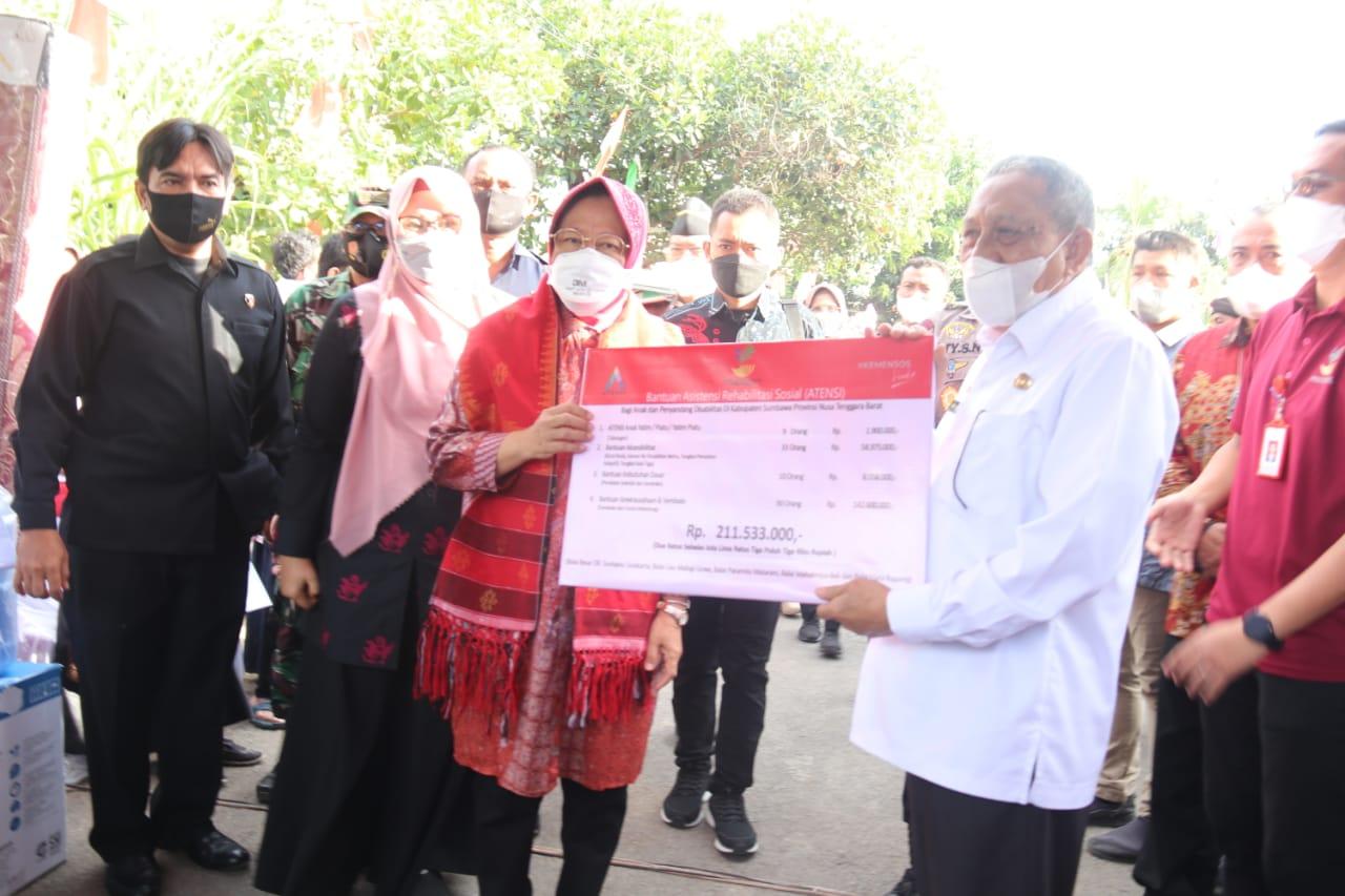 Mensos Berikan Bantuan ATENSI di Kabupaten Sumbawa